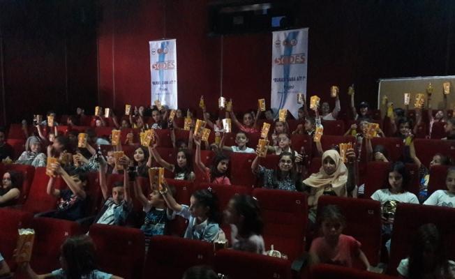 Tuşba Kaymakamlığından çocuklara sinema keyfi