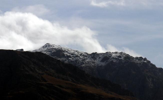 3 bin 200 rakımlı Erek Dağı'nın zirvesi beyaza büründü