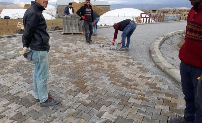 Çaldıran'da 370 nüfuslu mezraya bordürlü kilitli parke taşı döşeniyor