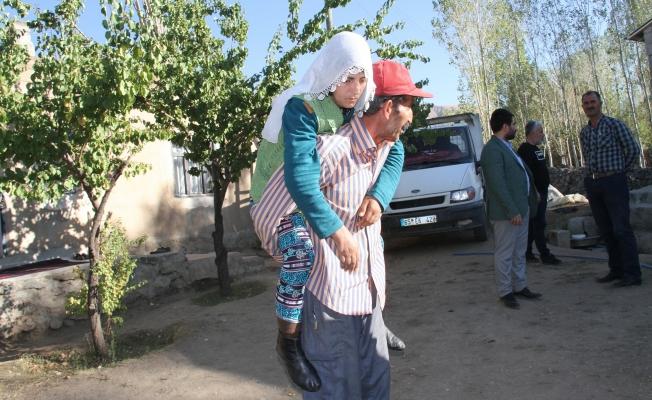 Felçli eşini sırtında taşıyor