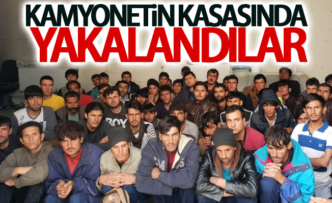 Kamyonetin kasasında 57 yabancı uyruklu kaçak şahıs yakalandı