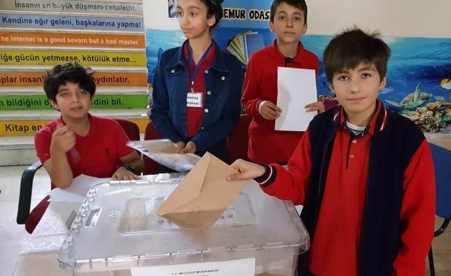 Van'da Cumhuriyet Ortaokulu meclis başkanını seçti