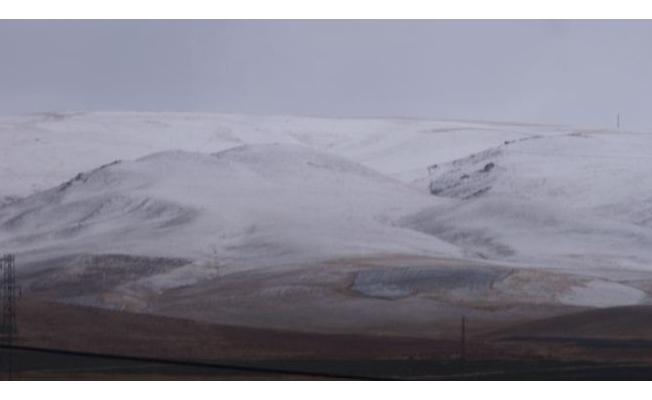 Özalp ve Saray'da yılın ilk karı yağdı