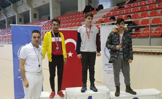 Van'da 'Okullar Arası Gençler Grup Yüzme Yarışması' sona erdi