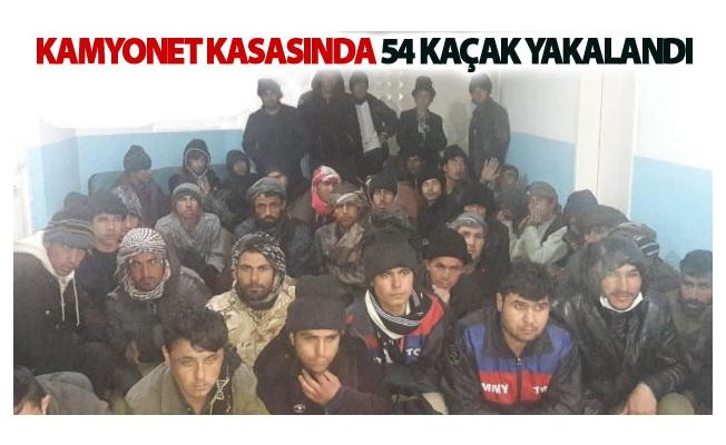 Kamyonet kasasında 54 kaçak yakalandı