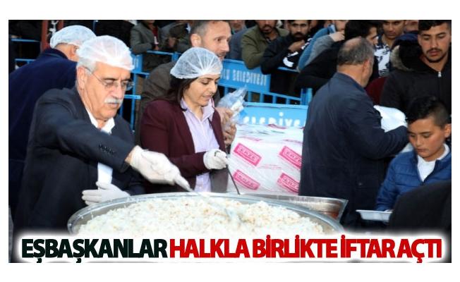 Eşbaşkanlar halkla birlikte iftar açtı