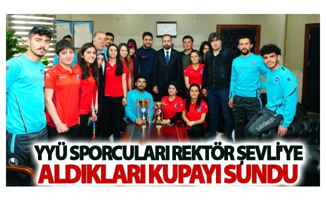 YYÜ Sporcuları Rektör Şevli'ye Aldıkları Kupayı Sundu