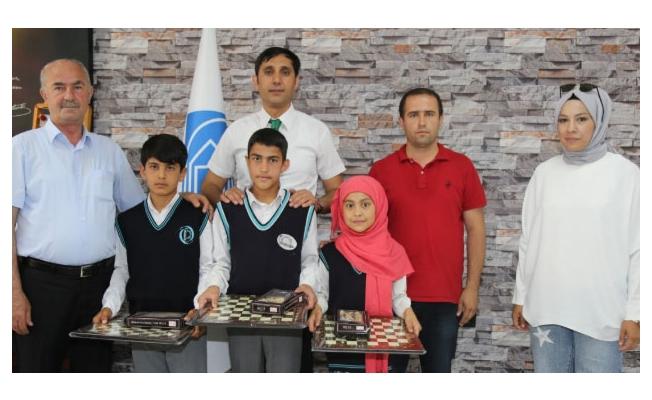 Başkan Akman atık pil toplayan okulu ödüllendirdi