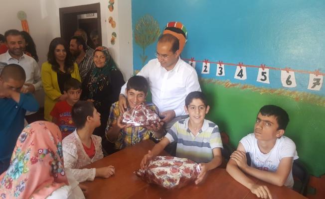 Başkan Sezer'den engelli çocuklara ziyaret
