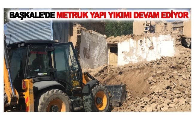 Başkale'de metruk yapı yıkımı devam ediyor