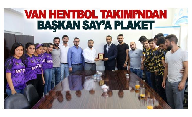 Van Hentbol Takımı'ndan Başkan Say'a plaket