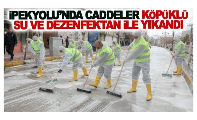 İpekyolu'nda caddeler köpüklü su ve dezenfektan ile yıkandı