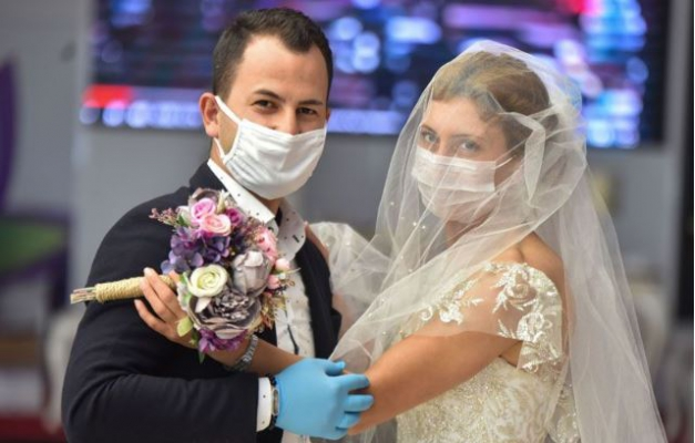 Düğünlerde halaylarda yeni düzene geçiliyor... Sosyal mesafe çubuğu kullanılacak