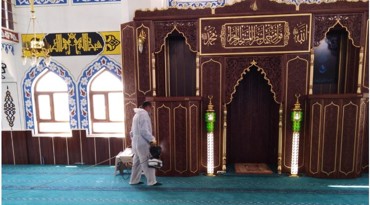 Tuşba'da camiler açılış öncesi dezenfekte ediliyor