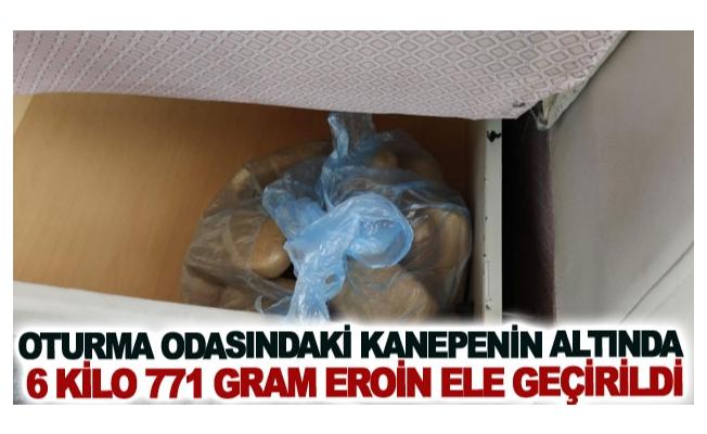 Oturma odasındaki kanepenin altında 6 kilo 771 gram eroin ele geçirildi