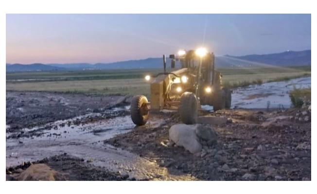 Çaldıran'da yaşanan sel, Büyükşehir belediyesini harekete geçirdi