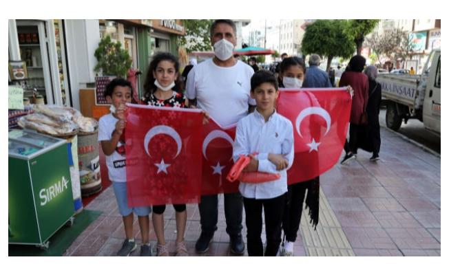 Büyükşehir esnafa ve vatandaşa bayrak dağıttı