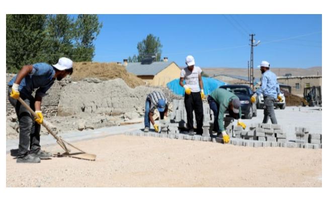Gürpınar'da kilitli parke taşı döşeme çalışmaları sürüyor