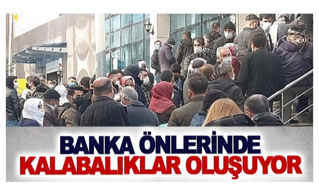 Banka önlerinde kalabalıklar oluşuyor