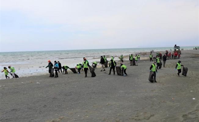Van Gölü sahilinde tonlarca çöp toplandı