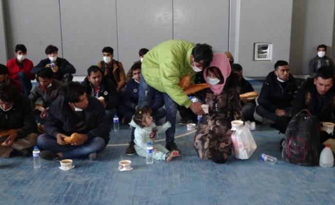 Tırın dorsesinde yakalanan 218 göçmene şefkat eli