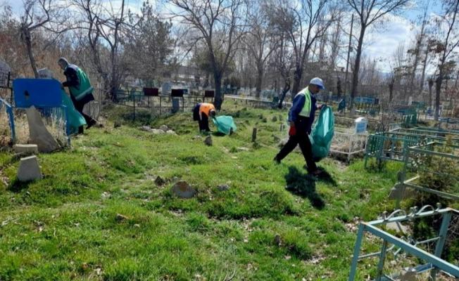 Van'daki mezarlıklarda bahar temizliği