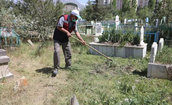 Büyükşehir Belediyesi'nden mezarlıklarda temizlik çalışması