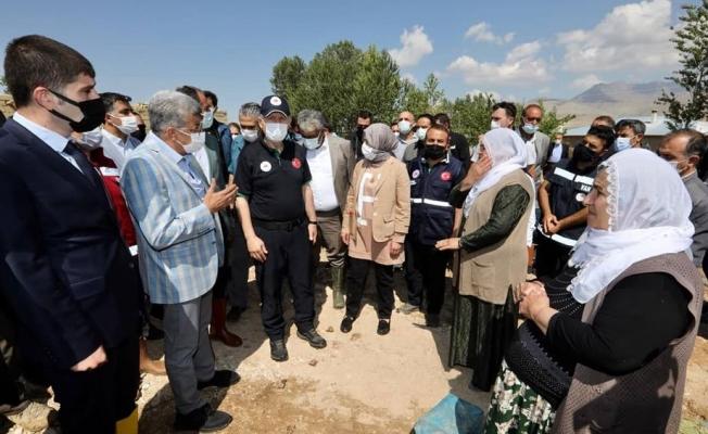 Van Valisi Bilmez sel bölgesinde vatandaşlarla görüştü