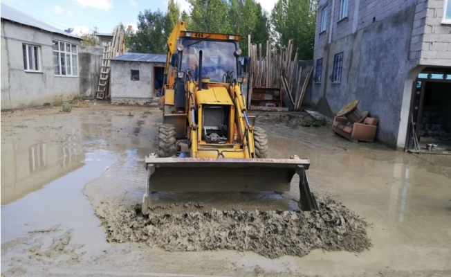 Büyükşehir Belediyesi 5 mahallede su taşkını çalışması yaptı