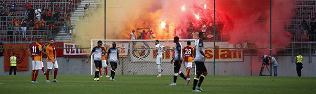 Galatasaray Udinese maçı yarıda kaldı tatil edildi şok anlar!