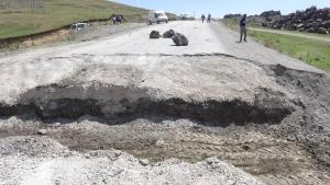 Doğubayazıt- Çaldıran yolu hendek kazılarak ulaşıma kapatıldı