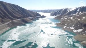 Buzları çözülen göle kuş bakışı